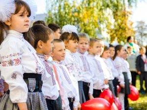 Фото: У Полтаві учні 23 школи підтримали єдність України флешмобом (фото)