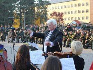 Фото: Полтавський симфонічний оркестр з хітами «Queen» виступив перед бійцями АТО
