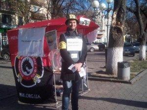 Фото: За допомогу армії у Полтаві пропонують фото з автоматом