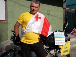 "Фото: У Полтаву приїздить  організатор велотуру ""Все за мир"" Нодар Берідзе"