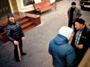 Фото: Суд над мером Полтави: мер не з'явився, активіста ледь не побили