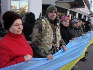Фото: З короваями та прапорами провели на Схід чергову зміну міліціонерів (фото)
