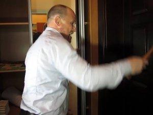 Фото: Народний депутат вирішує проблеми полтавців із допомогою сокири