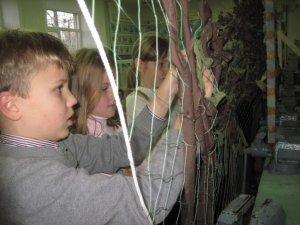 Ще в одній полтавській школі плетуть сітки для АТО