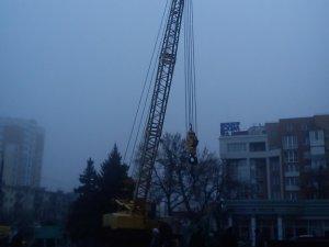 Фото: Фотофакт. у Київському районі Полтави встановлюють новорічну ялинку