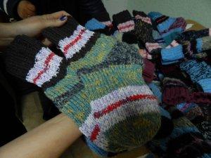 """Фото: """"Коло"""" передасть в'язані шкарпетки від благодійника з Великої Багачки дітям-біженцям"""