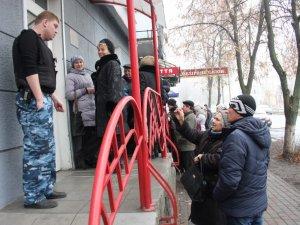 """Фото: У Полтаві вкладники """"Дельта-банку"""" стоять у кілометрових чергах, щоб забрати свої гроші"""