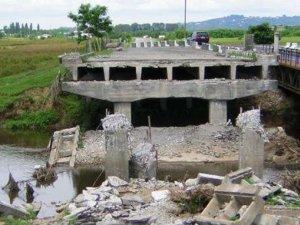 Фото: Через підрив залізничного мосту в Маріуполі обмежили маршрут потягу, що зупиняється в Полтаві