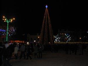 Фото: Як полтавці неофіційно святкували Новий рік біля центральної ялинки