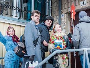 Фото: Полтавці колядували у кав'ярнях і громадському транспорті