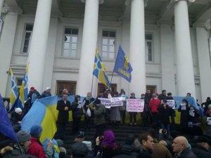 Фото: Полтавці пікетують міськраду через невизнання депутатами Росію агресором