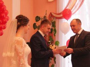 Фото: Міський голова Полтави в День Святого Валентина привітав молодят