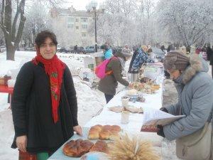 Фото: Бібліотекарка з «батальйону сестричок» пече хліб для воїнів та організувала пункт прийому допомоги
