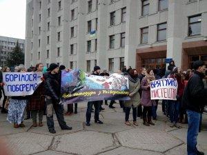 Фото: Полтава мітингує: студенти зібралися на площі перед ОДА за і проти відставки ректора Онищенка (оновлюється)