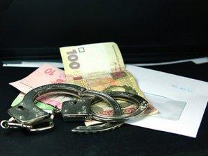 Фото: Полтавських інспектора й еколога спіймали при отриманні хабара
