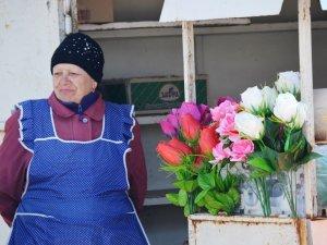 Фото: Продавці штучних квітів у Полтаві розпродають найдешевші – на дорогі у людей немає грошей