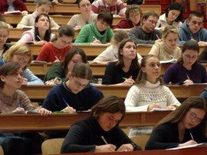 Фото: Випускників вишів звільнено від відпрацювань