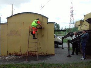 Фото: У Полтаві комунальні служби демонтували хлібний кіоск