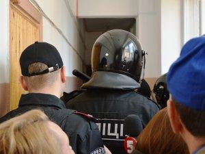 Сутички активістів та міліції під час суду на Геннадієм Кернесом (відео)