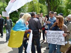 Полтавські активісти вважають провокацією поведінку невідомих під час суду над Кернесом (відео)
