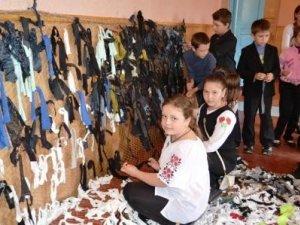 Фото: У Пирятині школярі плетуть маскувальні сітки для бійців АТО