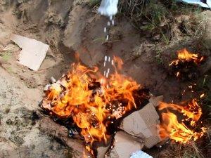 Фото: У Полтаві спалили наркотики, вилучені у контрабандиста
