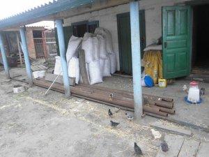 Фото: У Котельві двоє безробітних викрали 15  металевих труб