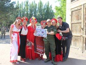 Фото: Артистки театру Гоголя дарували щирі емоції захисникам у Слов'янську (ФОТО)