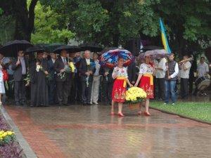Фото: Полтавці зустріли День Конституції під проливним дощем (ФОТО)