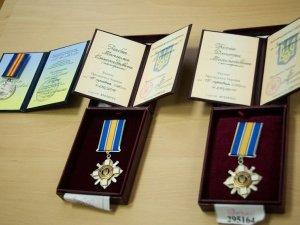 Фото: Родинам двох полтавських бійців АТО вручили посмертні нагороди