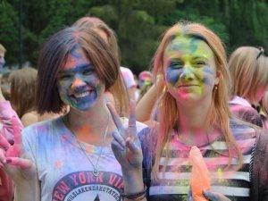 Полтаву розфарбували: в місті відбувся традиційний індійський фестиваль (ФОТО)