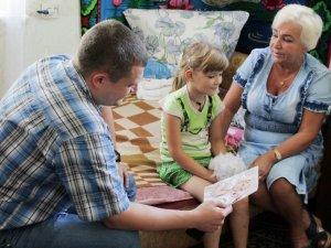 Фото: Пенсіонерка з дитиною на руках знайшла підтримку, на жаль, не від держави