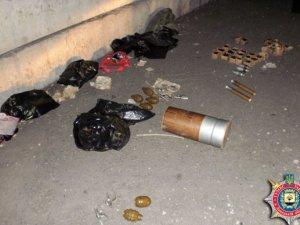 Фото: На Донеччині затримали 8 полтавських волонтерів із арсеналом зброї