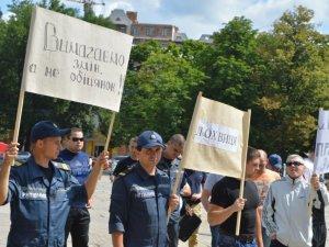Фото: Полтавські рятувальники прийшли до ОДА й вимагають нормальної зарплати і спецзабезпечення
