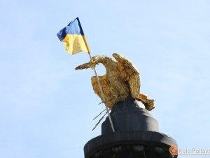 Фото: Потріпаний прапор на Монументі Слави замінили напередодні свят