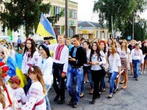 У Нових Санжарах День Державного прапора відзначили Маршем вишиванок (фото та відео)