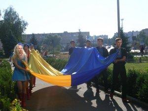 Фото: Величезні синьо-жовті прапори розгорнули в різних куточках Полтавщини (фото)