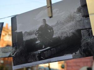 Фото: Під відкритим небом показали фото з війни бійця батальйону «Полтава» (ФОТО)