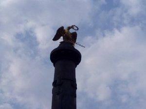 Фото: У Полтаві з орла зникли обидва прапори та транспарант (фотофакт)