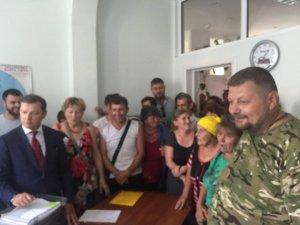 Фото: Обурені селяни і нардепи Мосійчук і Ляшко блокують підприємство «Гадячсир»