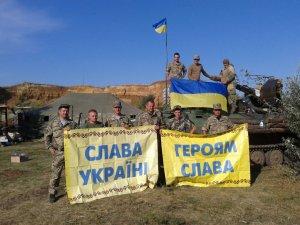 Фото: Прапор, який зняли з монументу Слави в Полтаві, відправили на передову
