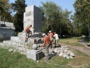 Фото: У Глобиному демонтують постамент, на якому був пам'ятник Леніну