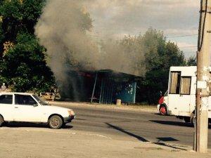 Фото: У Полтаві загорілась зупинка громадського транспорту (фото)