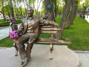 Фото: Президента України попросили  «залишити у  спокої скульптуру Бабаєва»