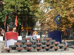 Фото: У Полтаві готуються до ще одного Майдану – під ОДА облаштували гору із шин