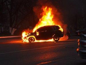 Фото: У Кременчуці розшукують особу, що підпалила авто «BMW X5»