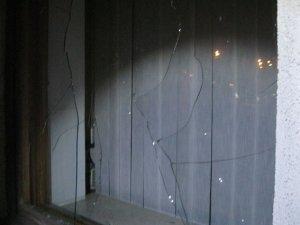 Фото: У Полтаві мітингувальники спіймали хулігана, що розбив вікно облдержадміністрації