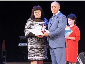Фото: Мамай роздавав полтавським освітянам премії та дарував квартири