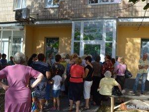 Фото: Полтавські чиновники «не бачать», як Матковський роздає аптечки