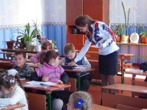 Фото: Яценюк вважає, що зарплата вчителя має залежати від результатів його роботи